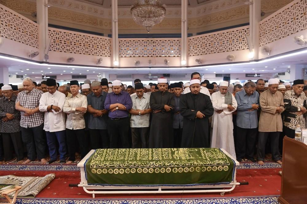 The coffin of Tun Abdullah Ayub is seen during Zohor prayers at the Saidina Umar Al-Khattab Mosque in Bukit Damansara, Kuala Lumpur December 13, 2018. — Bernama pic