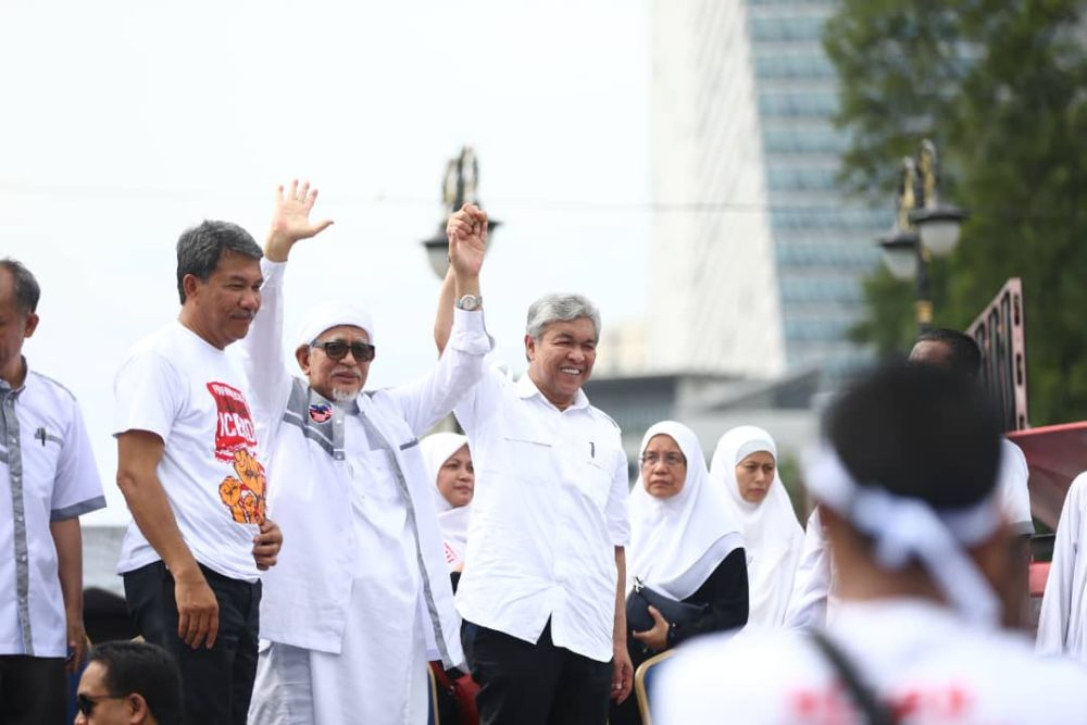 Umno deputy president Datuk Seri Mohamad Hassan, PAS president Datuk Seri Abdul Hadi Awang and Umno president Datuk Seri Ahmad Zahid Hamidi share the limelight at the anti-ICERD rally, December 8, 2018. ― Picture by Ahmad Zamzahuri