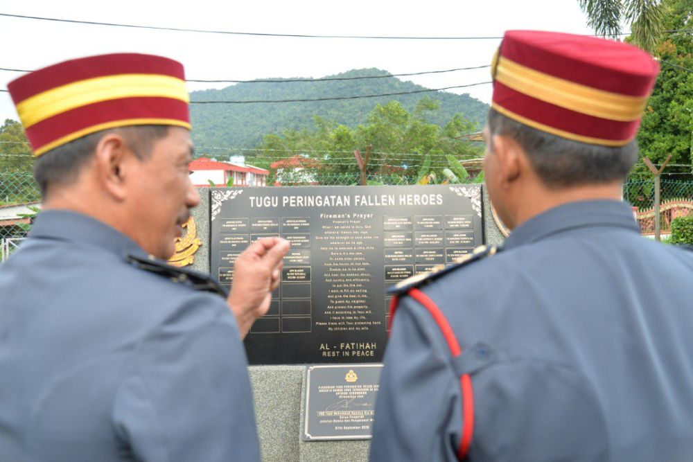 The late Muhammad Adib Mohd Kassim was honoured in the Fire and Rescue Department Monument of Fallen Heroes located at the Central Region Fire and Rescue Academy in Kuala Kubu Baru. — Picture via Twitter/bernamadotcom
