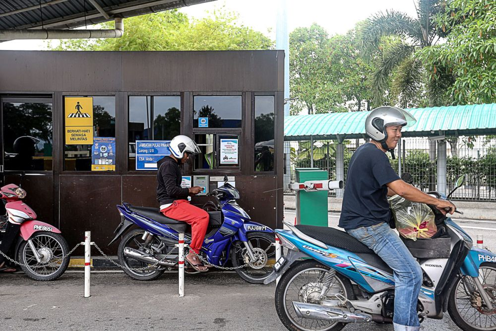 Penang Bridge goes toll-free for motorcyclists from January 1, 2019. ― Picture by Sayuti Zainudin