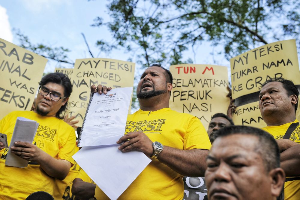 Gabungan Teksi Semalaysia chairman Kamarudin Mohd Hussain speaks to reporters during the Reformation Taxis public rally at Padang Merbok in Kuala Lumpur December 19, 2018. ― Picture by Shafwan Zaidon