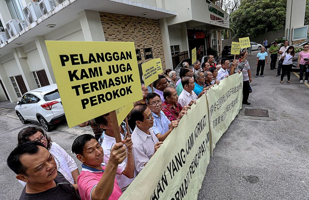 Eatery operators protest Putrajaya's smoking ban in George Town December 5, 2018. — Picture by Sayuti Zainudin