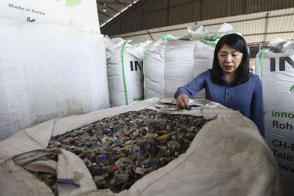 Energy, Science, Technology, Environment and Climate Change Minister Yeo Bee Yin looks at plastic waste at an illegal recycling factory in Klang January 17, 2019. — Picture by Yusof Mat Isa