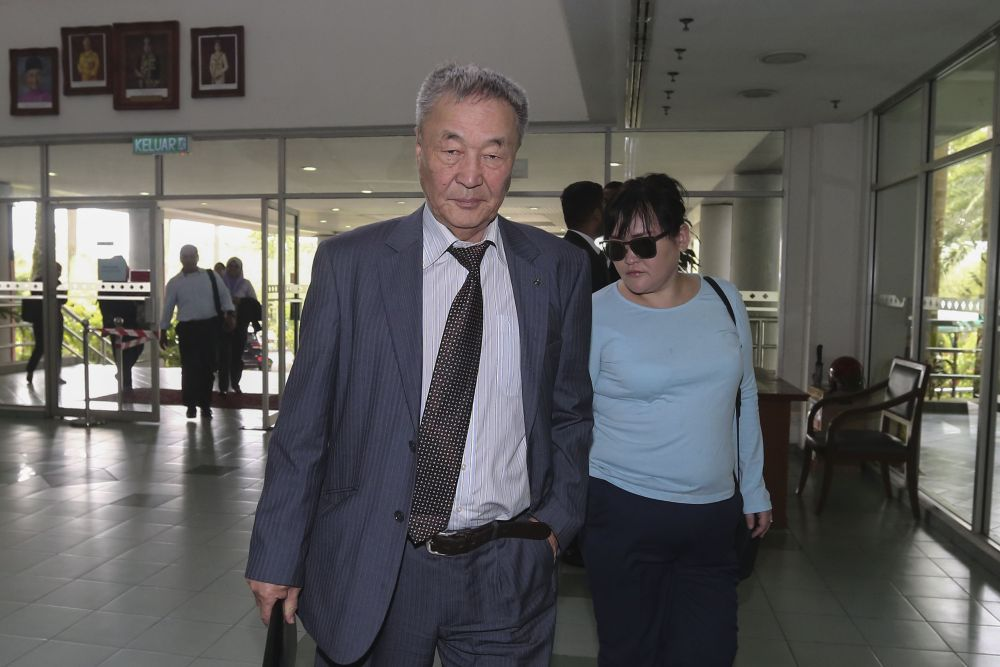 Shaariibuu Setev (left) arrives at the Shah Alam High Court January 30, 2019. ― Picture by Yusof Mat Isa