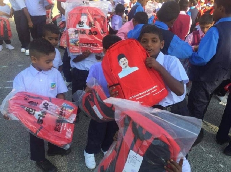 Shaid reportedly ordered 1,000 schoolbags from China, featuring his face and name, and gave them to students at Chinese and Tamil schools in Jeram recently. — Picture via Twitter/Initial: FA