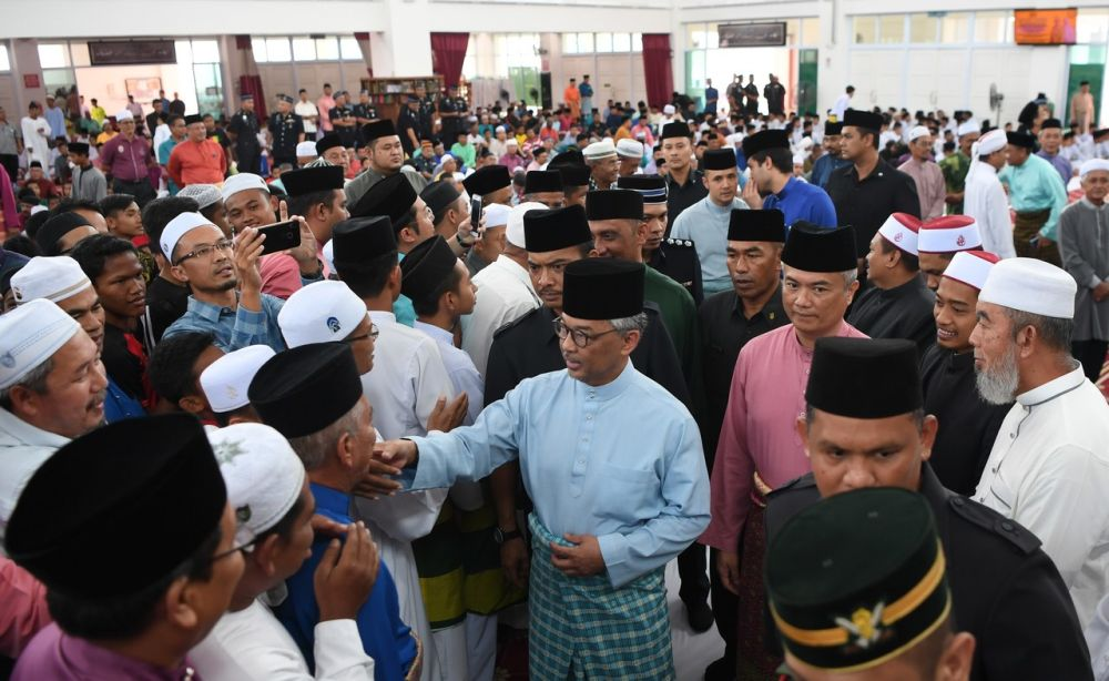 Sultan Abdullah Ahmad Shah greets guests during a thanksgiving dinner held at a new mosque in Temerloh district in Pahang January 25, 2019. ― Bernama pic