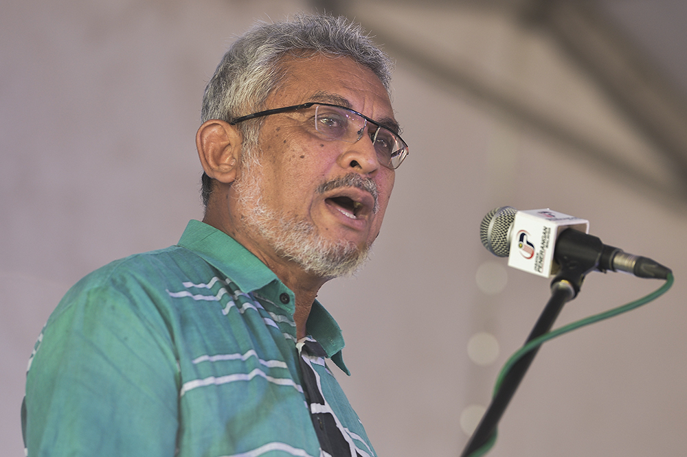 Federal Territories Minister Khalid Samad urged shopping mall operators in Kuala Lumpur to step up the implementation of the Covid-19 preventive measures at their respective premises per recommendations by the Ministry of Health. — Picture by Miera Zulyana