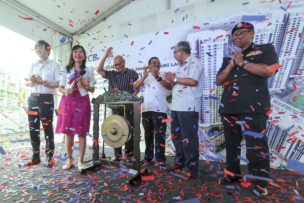 Primary Industry Minister, Teresa Kok (second left) officiated the launch of the Elevated Link Bridge connecting Old Klang Road to New Pantai Expressway (OKR-NPE Link Bridge) in Kuala Lumpur February 16, 2019. Also present KL Mayor, Datuk Nor Hisham Ahmad Dahlan (third left). — Picture by Yusoff Mat Isa