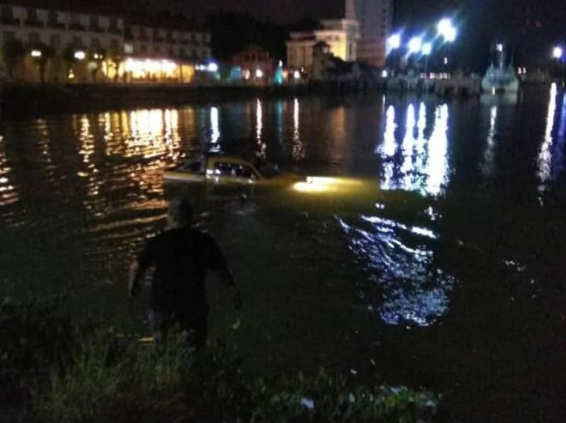 A four-wheel-drive vehicle plunged into Sungai Terengganu on Pulau Warisan at about 9.30pm last night. — Picture via Facebook/Syed