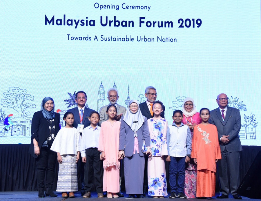 Datuk Seri Dr Wan Azizah Wan Ismail (centre) poses for the cameras during Malaysia Urban Forum 2019 at the Kuala Lumpur Convention Centre February 18, 2019. — Picture via Twitter