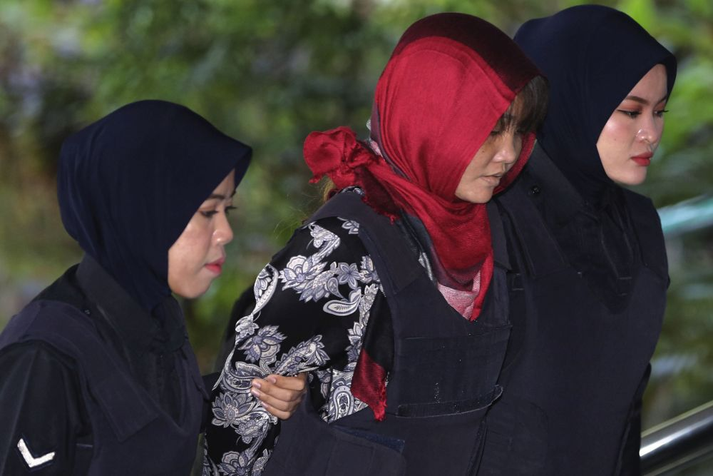 Vietnamese Doan Thi Huong is escorted by Malaysian police as she arrives at the Shah Alam High Court March 14, 2019. — Picture by Yusof Mat Isa