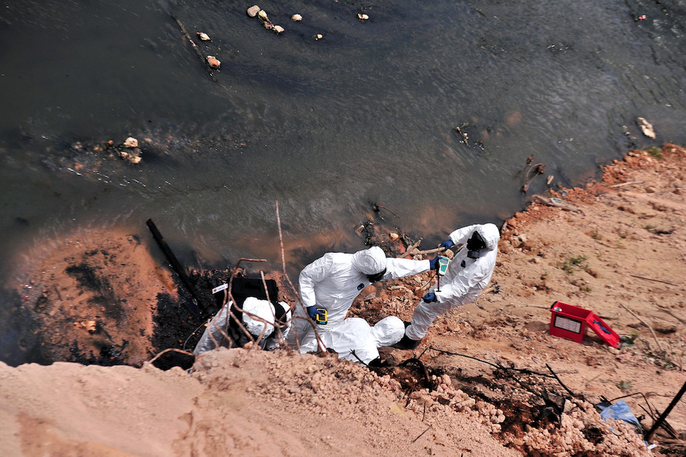File picture of Fire and Rescue Department personnel collecting samples of polluted water from Sungai Kim Kim. — Foto Bernama