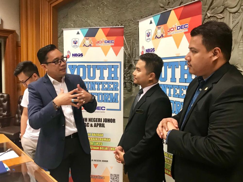 Mohd Khuzzan Abu Bakar (left) engages with youth leaders during the launch of Johor's Youth Volunteer Platform at the Datuk Jaafar Muhammad Building in Kota Iskandar today. — Picture by Ben Tan