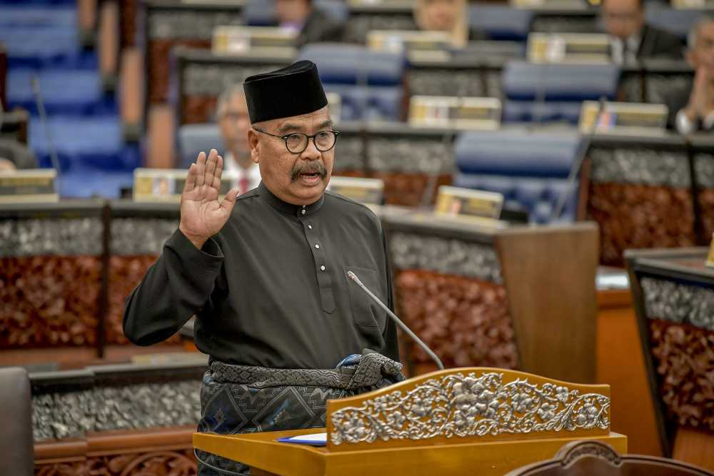 Ramli Mohd Noor takes his oath as a Member of Parliament during the swearing-in ceremony at Parliament in Kuala Lumpur March 12, 2019. ― Picture by Firdaus Latif