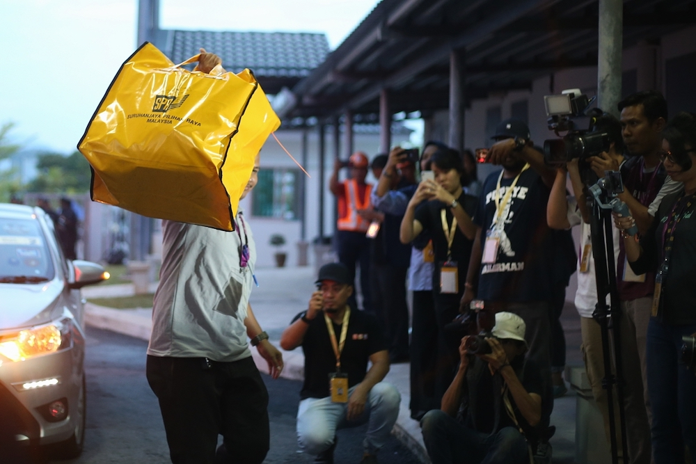 Ballot boxes from the Rantau by-election arrive at SJK (C) Bandar Sri Sendayan for counting, April 13, 2019. — Picture by Ahmad Zamzahuri