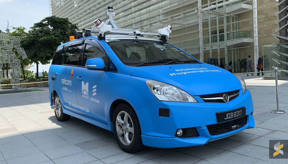 Celcom's autonomous Proton Exora MPV is connected to 5G, and fitted with an array of cameras, radar and LIDAR sensors which enables the car to sense its surroundings. — SoyaCincau pic