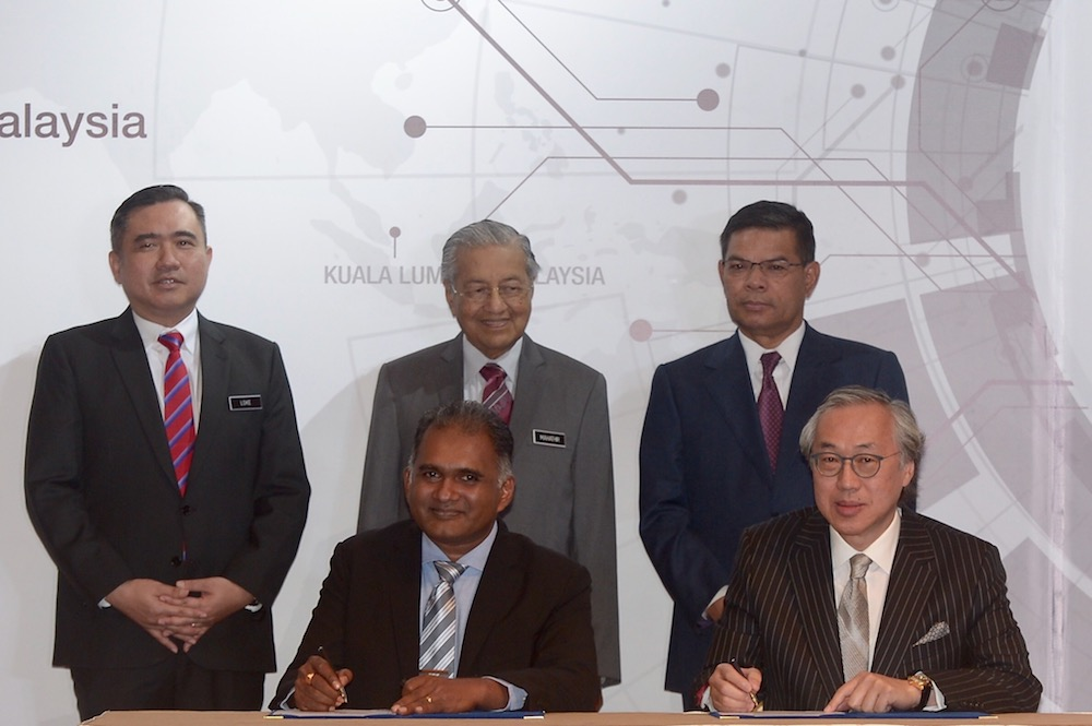 Prime Minister Tun Dr Mahathir Mohamad witnesses the signing ceremony between KA Petra chairman Datuk Shahrul Amirul and Hutchinson Port Holdings Limited group managing director Eric Ip in Putrajaya April 2, 2019. — Picture by Mukhriz Hazim