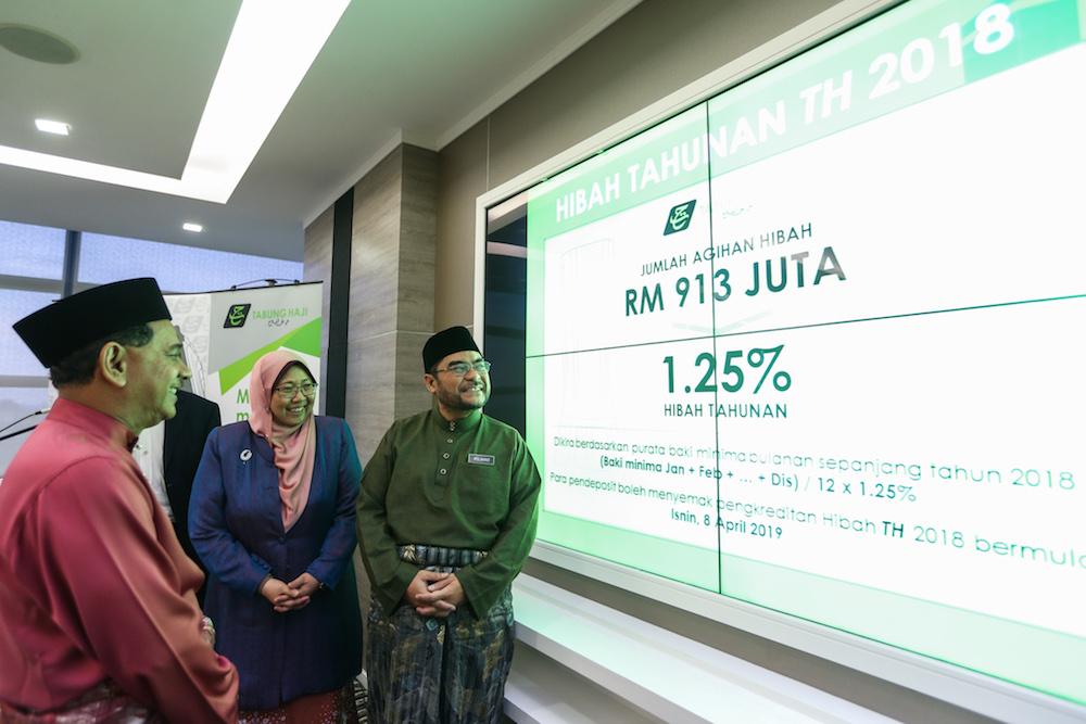Datuk Seri Mujahid Yusof Rawa announces the Tabung Haji hibah for 2018 at the Putrajaya Islamic Complex April 5, 2019. — Picture by Ahmad Zamzahuri