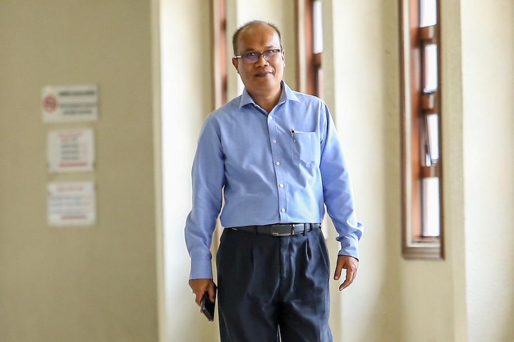 Badan Perhubungan Umno Pulau Pinang executive secretary, Ahmad Sahar Shuib, arrives at the Kuala Lumpur Court Complex April 23, 2019. — Picture by Hari Anggara