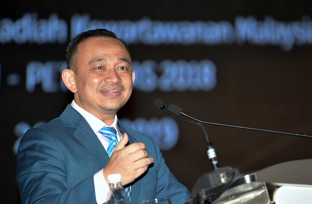 Education Minister Maszlee Malik delivers his speech at the Malaysian Press Night 2019 for the MPI PETRONAS 2018 awards in Kuala Lumpur April 26, 2019. — Bernama pic