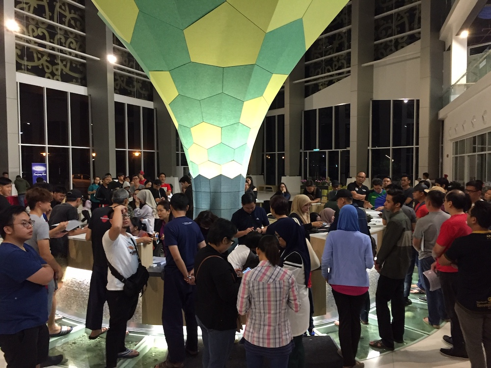Hundreds of people queue to sign up for free lifetime membership at 1am during the library's opening promotion. — Picture by Julia Chan