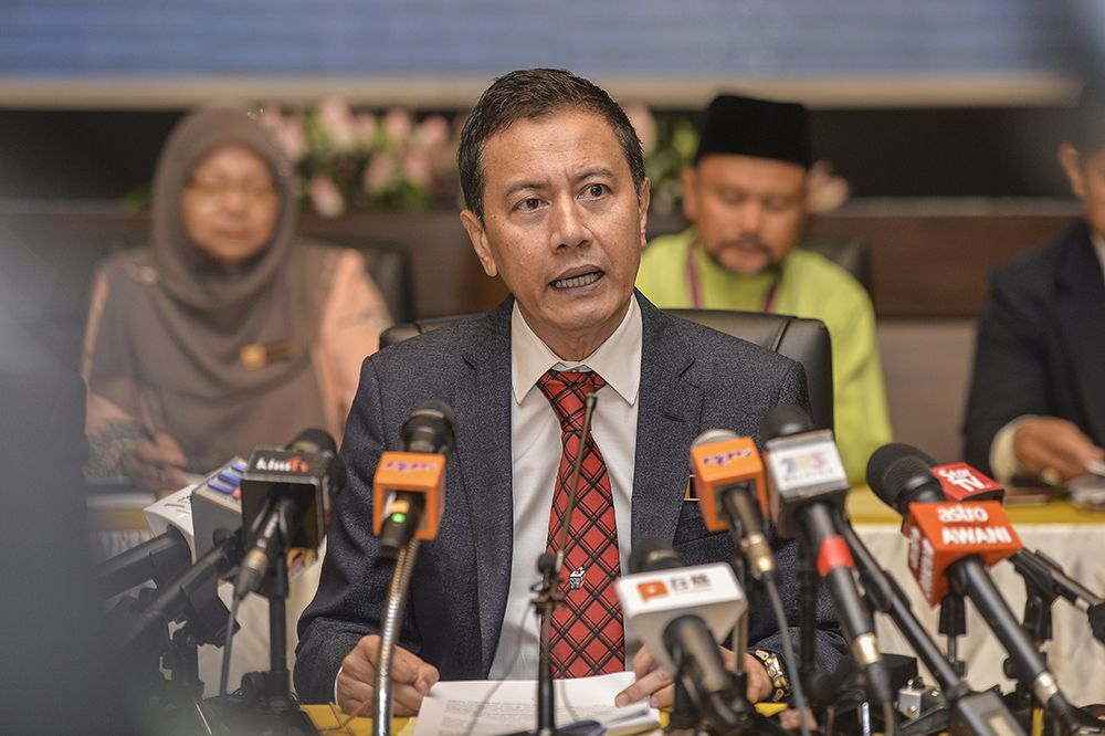 Election Commission chairman Azhar Azizan Harun speaks during a press conference in Putrajaya April 5, 2019. — Picture by Miera Zulyana