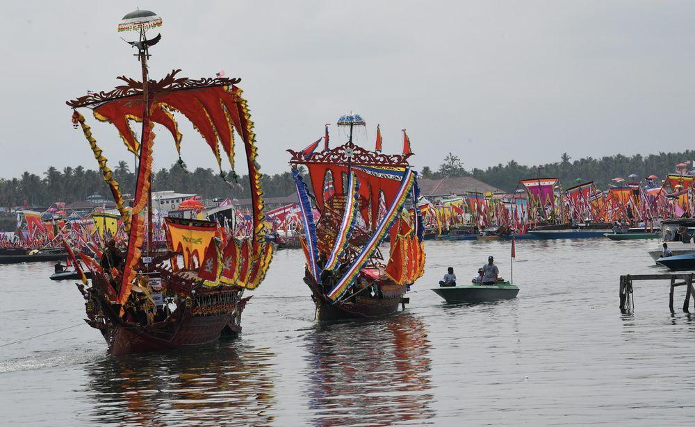 Lepa boats joining the regatta procession in conjunction with the Semporna Regatta Lepa 2019 at Semporna Square, April 27, 2019. — Bernama pic