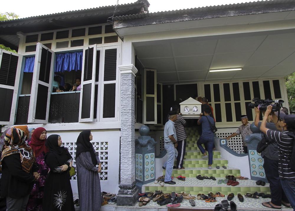 The remains of Siti Kharina Mohd Khairuddin are brought back to her family's house at Kampung Tengah Seri Menanti in Kuala Pilah May 16, 2019. — Bernama pic