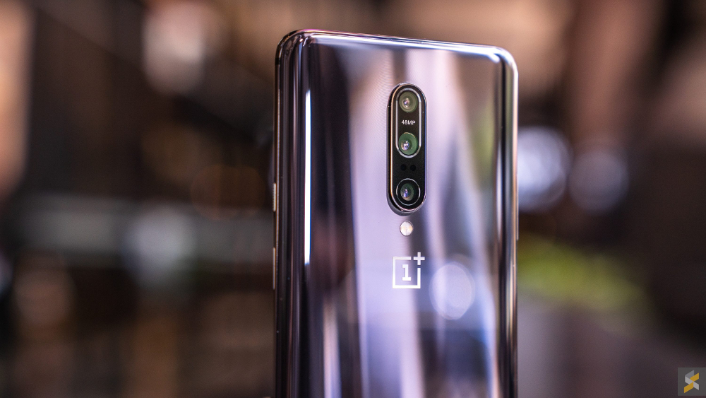 The OnePlus 7 Pro has a 6.67-inch Quad HD dual-curved Fluid AMOLED display with a buttery 90Hz refresh rate. — SoyaCincau pic