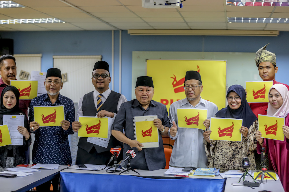 Parti Bumiputera Perkasa Malaysia (Putra) president Ibrahim Ali (centre) poses for photos after a press conference in Kuala Lumpur May 9, 2019. — Picture by Firdaus Latif