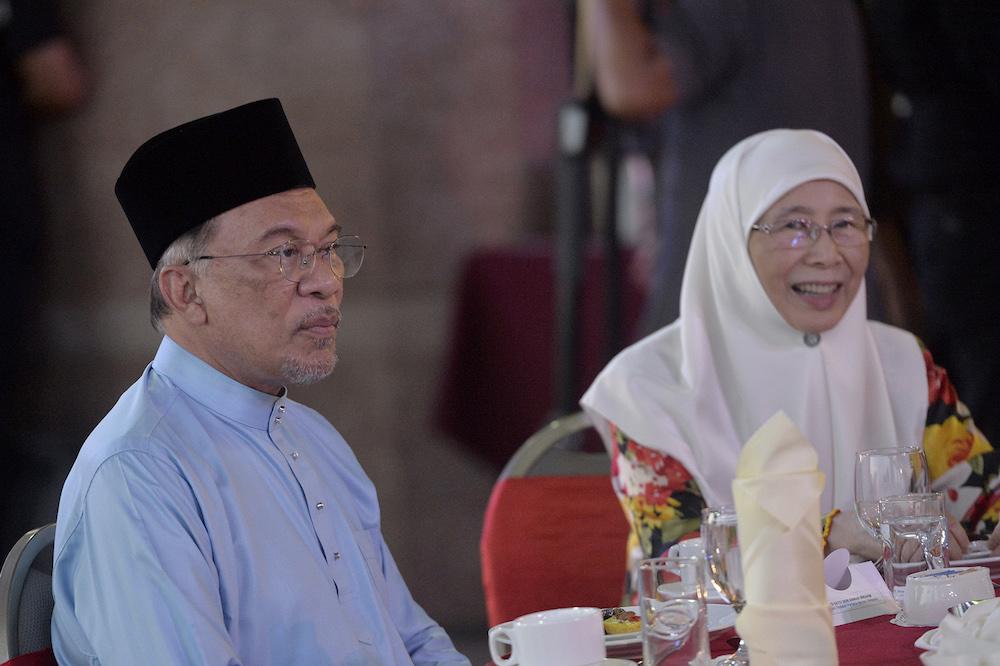 Datuk Seri Anwar Ibrahim and Datuk Seri Dr Wan Azizah Wan Ismail attend special thanksgiving prayers and iftar in Putrajaya May 9, 2019. — Picture by Mukhriz Hazim