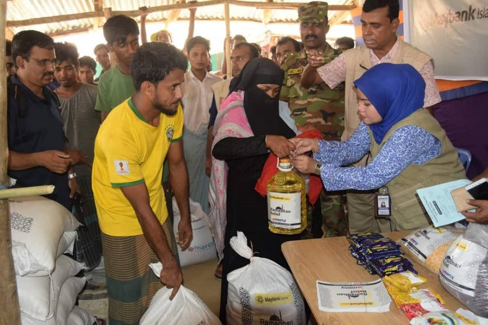 Mercy Malaysia volunteers hand out over 600 food packs to refugee families at Cox's Bazaar in Bangladesh last week. — Picture courtesy of Mercy Malaysia.