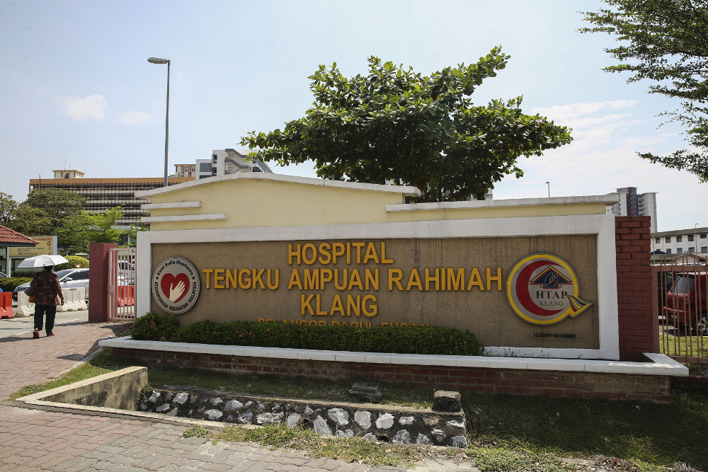 According to a report, a new outbreak of the Covid-19 virus has broken out at the Tengku Ampuan Rahimah Hospital in Klang. — Picture by Yusof Mat Isa