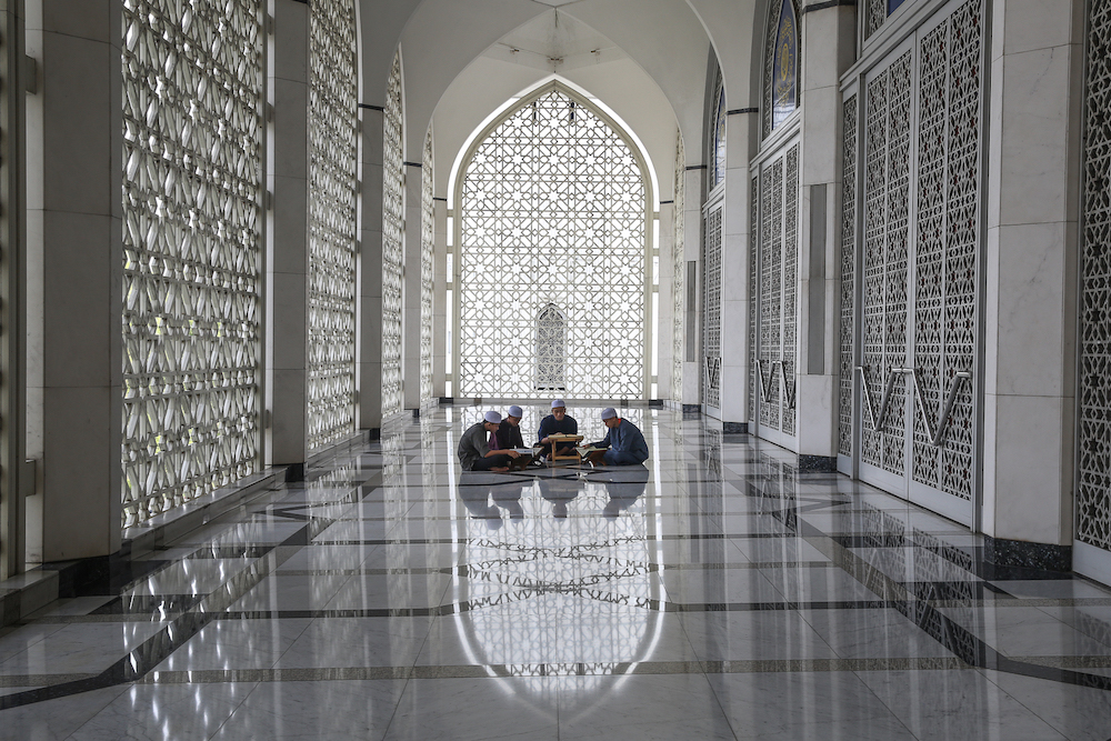 Boys recite the Quran at Sultan Salahuddin Abdul Aziz Shah Mosque in Shah Alam May 22, 2019. — Picture by Yusof Mat Isa