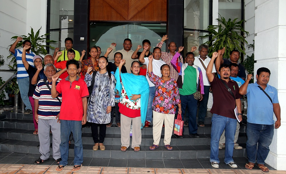 Orang Asli settlers from Ulu Geruntum, Gopeng outside the Ipoh High Court May 24, 2019. — Picture by Farhan Najib