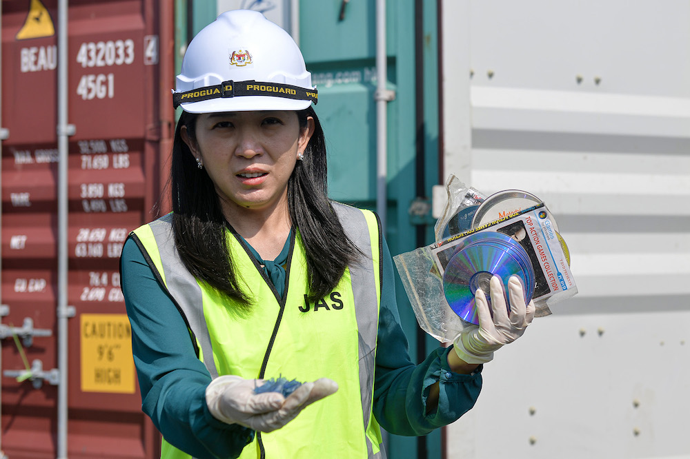 Energy, Science, Technology, Environment and Climate Change Minister Yeo Bee Yin holds plastic waste from a container in Port Klang May 28, 2019. — Picture by Mukhriz Hazim