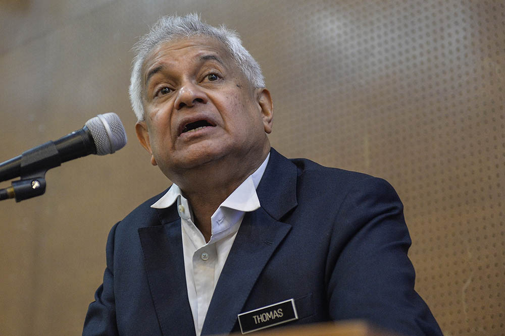 Tan Sri Tommy Thomas today said he would have advised the government to swiftly start efforts to secure Covid-19 vaccine supplies if he were still the attorney general and Pakatan Harapan still the government in March to May last year. — Picture by Miera Zulyana