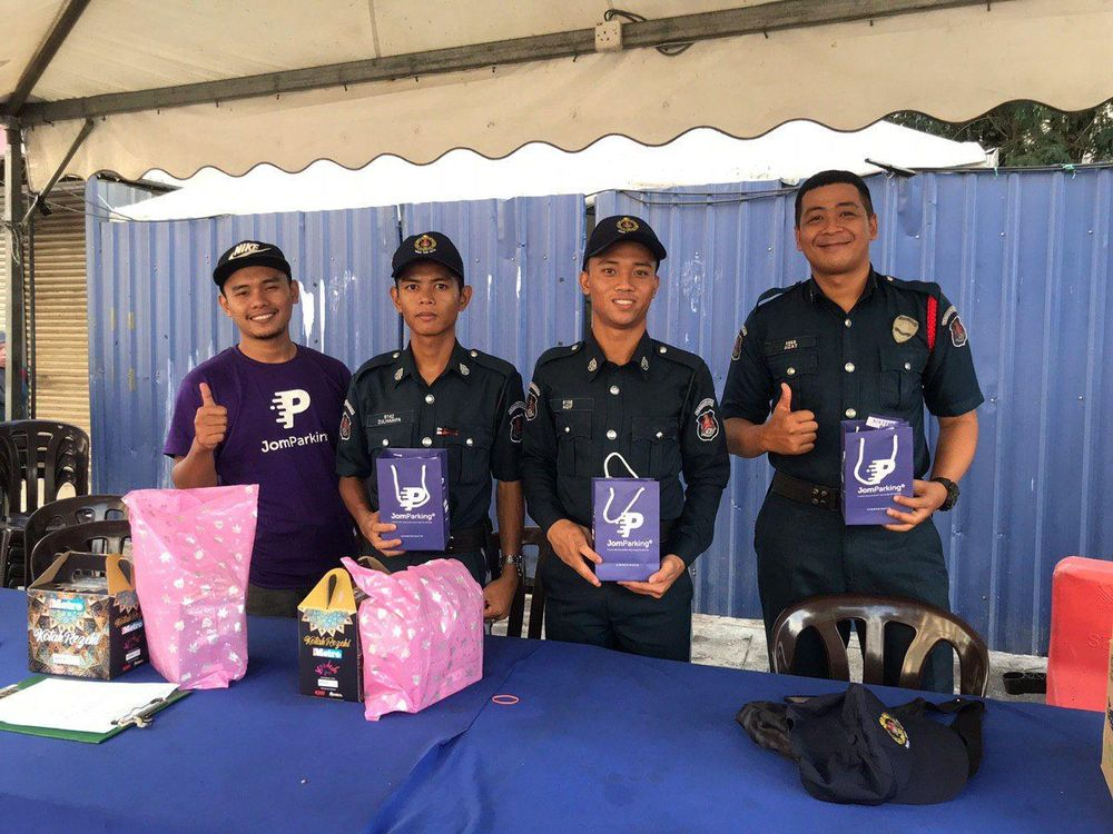 Police officers on duty in Kuala Lumpur were treated to a simple but meaningful 'buka puasa' gift. — Picture courtesy of JomParkir