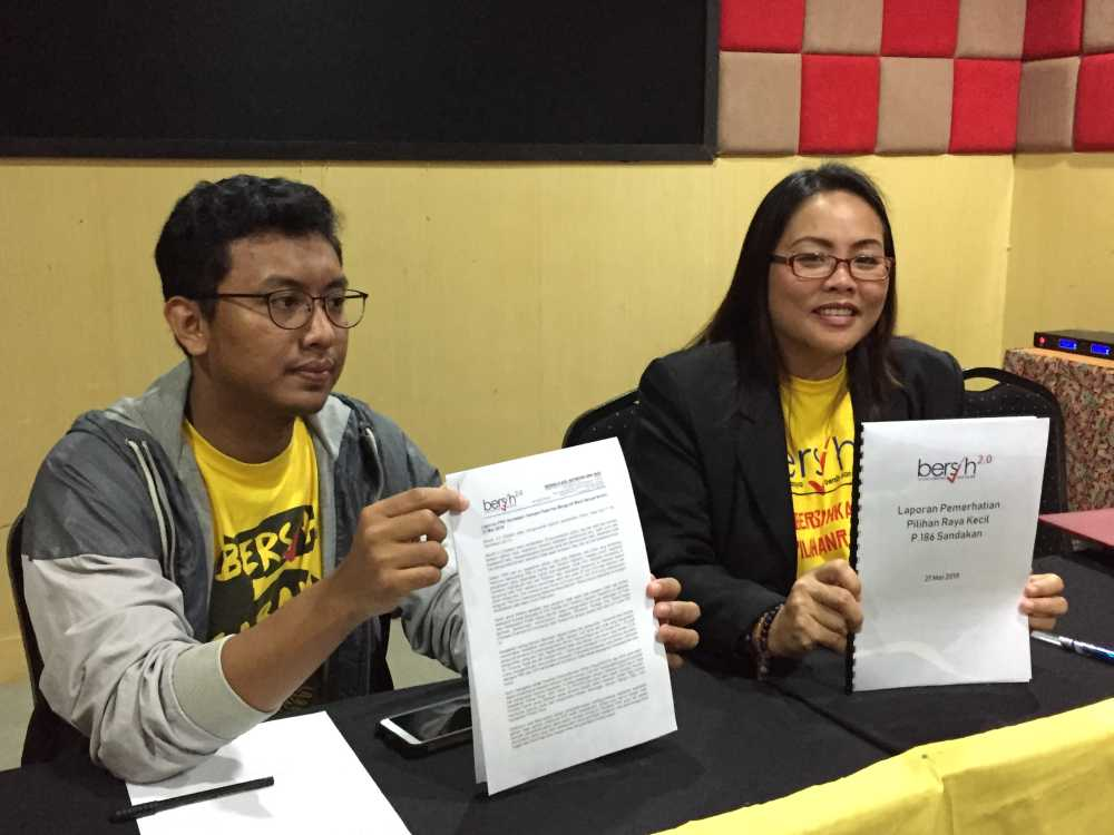 Joeman (right) with Sabah Bersih coordinator Asraf Sharafi reported 19 offences detected during the Sandakan parliamentary by-election which concluded on May 11, 2019. ― Picture by Julia Chan
