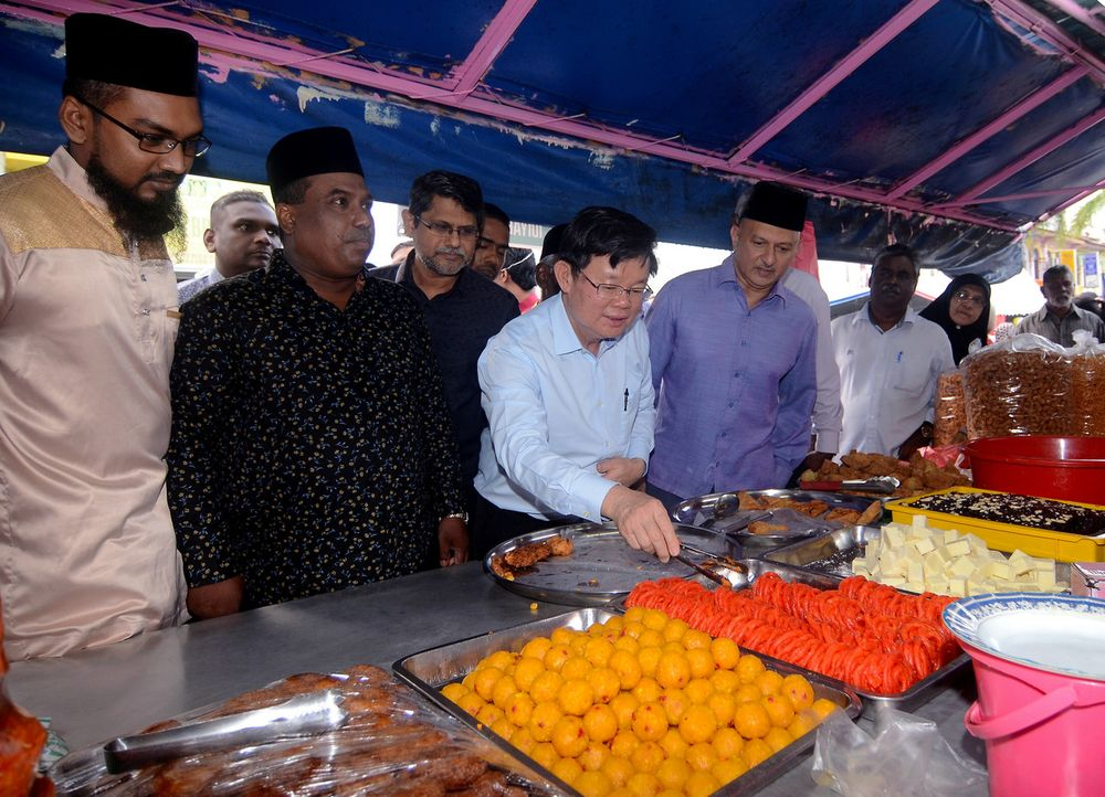 Penang Chief Minister Chow Kon Yeow sampling Ramadan cakes during a visit to the Lebuh Queen Ramadan Bazaar in George Town, May 6, 2019. — Bernama pic