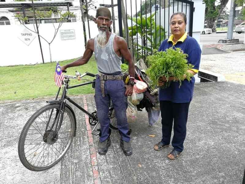Husin has been seen cleaning the areas on Jalan Ong Saik. ― Picture via Facebook/Majlis Perbandaran Taiping