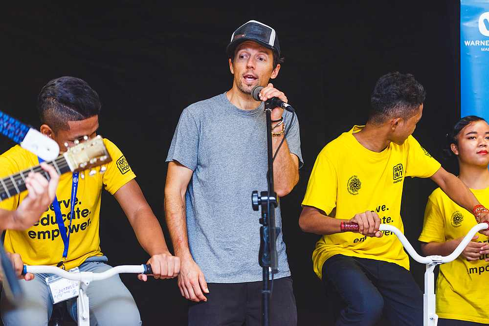 Jason Mraz performs alongside 10 orang asli children from the Sols.ai academy in Kuala Lumpur. — Picture courtesy of Warner Music Malaysia