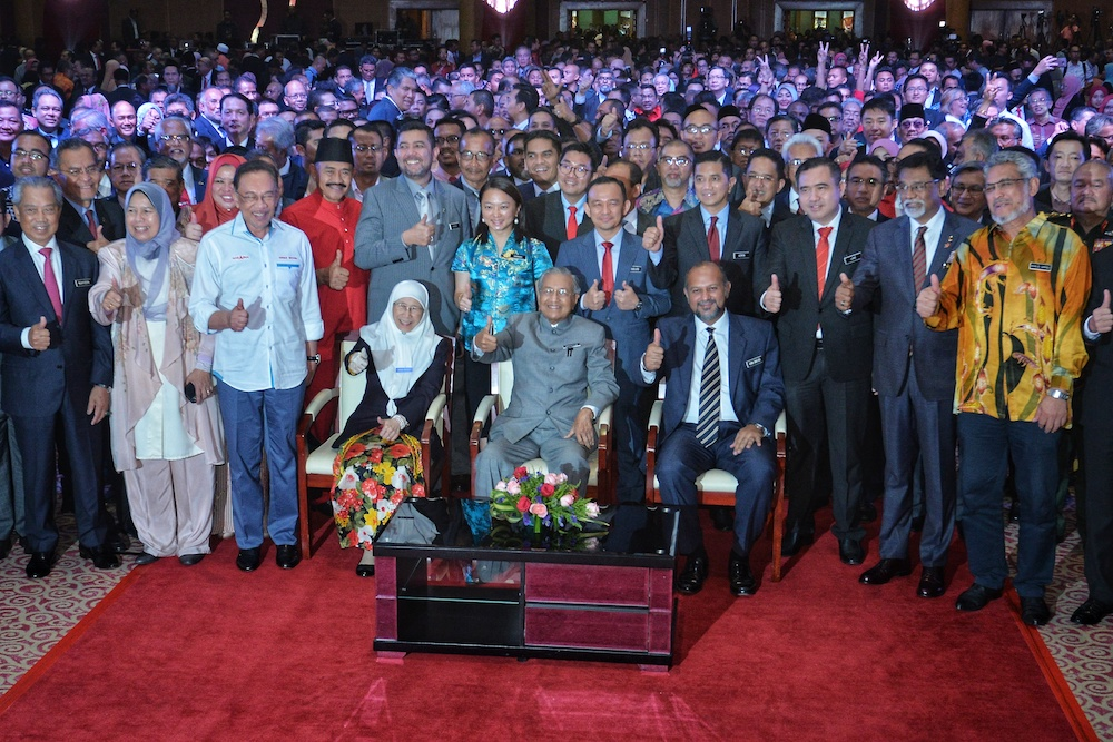 Prime Minister Tun Dr Mahathir Mohamad takes a group photo with ministers and Pakatan Harapan leaders in Putrajaya May 9, 2019. — Picture by Shafwan Zaidon