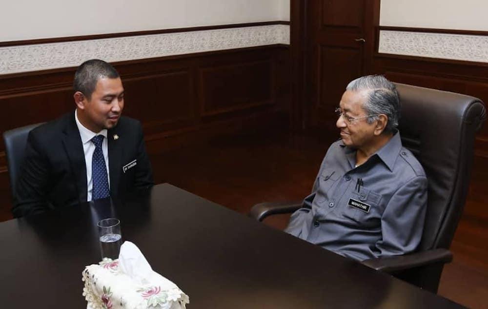 Johor Mentri Besar Datuk Dr Sahruddin Jamal speaks to Prime Minister Tun Dr Mahathir Mohamad at his office in Putrajaya May 3, 2019. — Picture via Facebook/DrSahruddin