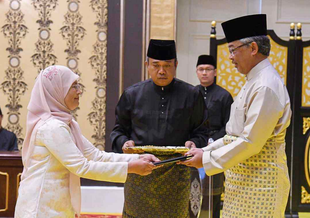 Datuk Tengku Maimun Tuan Mat receives her instrument of appointment as Chief Justice at Istana Negara, Putrajaya May 6, 2019. — Picture via Twitter