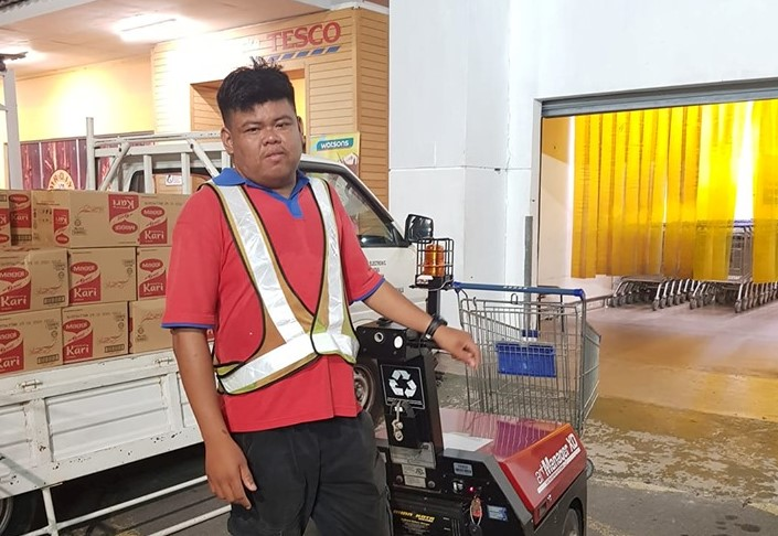 Tesco Stargate worker Azhar Abdul Hamid become a social media hero after finding and returning a customer's wallet containing RM2,000. – Picture via Facebook/ain.f.lyana