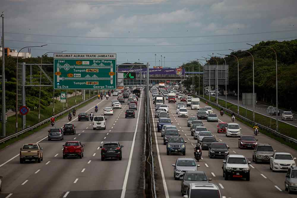Traffic is reported slow-moving on several major expressways this morning. — Picture by Sayuti Zainudin