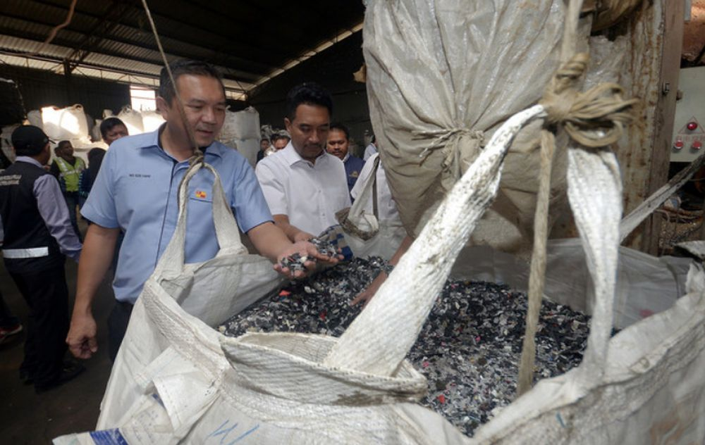 Selangor Local Government, Public Transportation, and New Village Development Committee chairman Ng Sze Han (left) inspecting a plastic recycling factory at Telok Gong, Port Klang, January 23, 2019. — Bernama pic