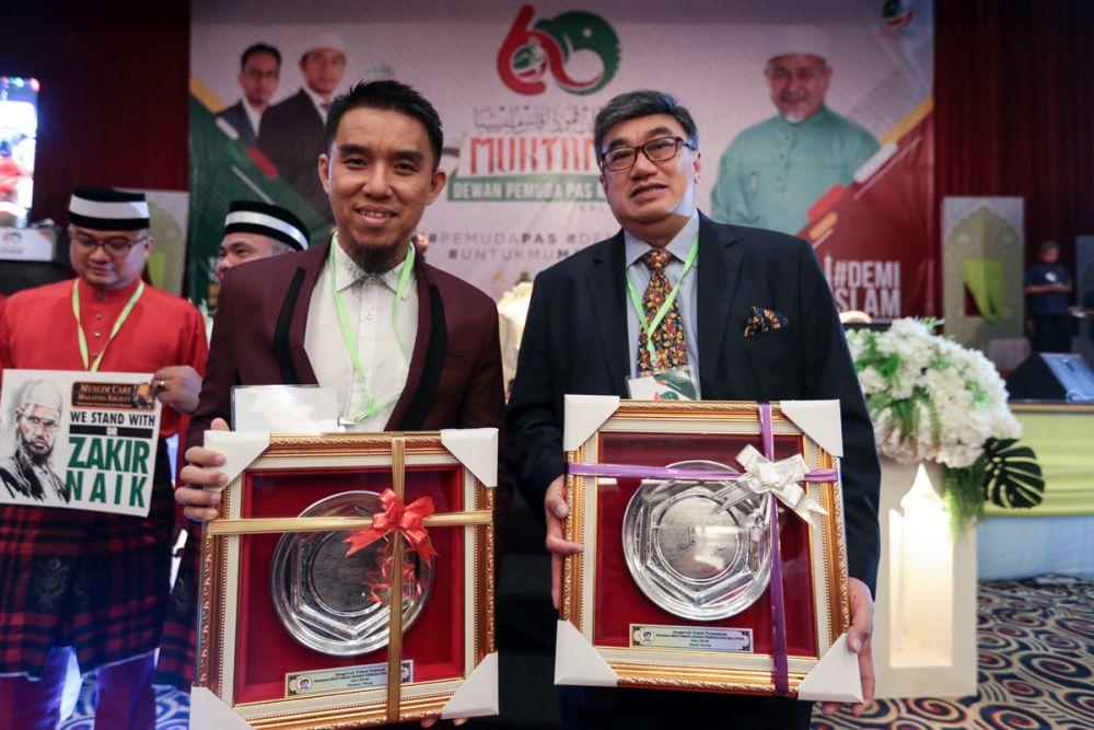 Jason Leong (right) and Firdaus Wong pose with their awards during PAS Youth's 60th muktamar in Bukit Gambang Resort City, Pahang June 19, 2019. — Picture by Ahmad Zamzahuri