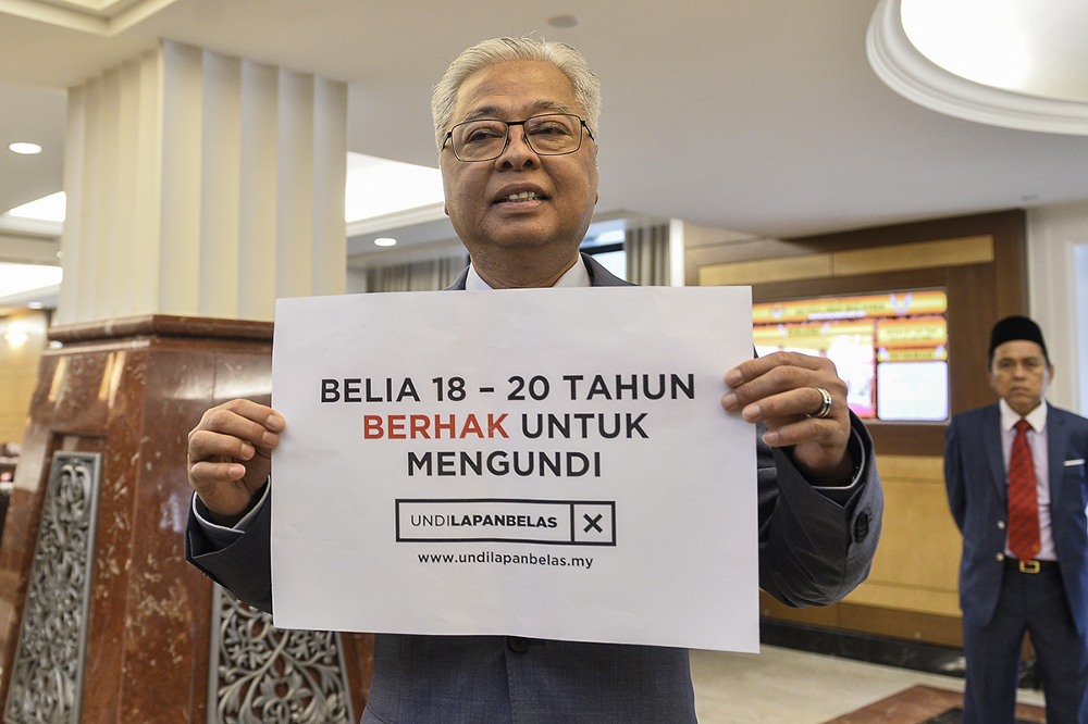 Opposition leader Datuk Seri Ismail Sabri shows his support for the Undi 18 Bill at Parliament on July 16, 2019. — Picture by Miera Zulyana